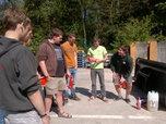 jongeren krijgen uitleg over hoe je een brandblusapparaat moet gebruiken